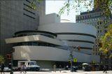 В музее собрана самая большая в мире коллекция Кандинского, есть прекрасные собрания Шагала, Пикассо, Модильяни, французских импрессионистов.Но всё-таки главнейшим экспонатом остаётся сам дом-карусель-единственное музейное здание, построенное архитектором Райтом.