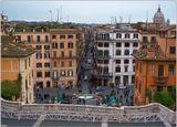 Фонтан находится на Испанской площади Рима перед Испанской лестницей, с которой и сделан снимок.