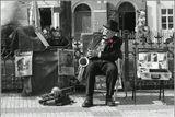 """Пасха в Праге. Немолодые , но прекрасные музыканты с удовольствием играют для отдыхающей публики. Элегантный титулованый саксофонист олицетворяет понятие """"остаться в профессии""""."""