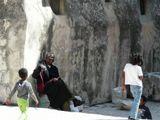На улочке Тель-Авива, в Старом городе…Понимаю, дети - спиной(хотя бы вполоборота были), передний план засвечен..Но повторные кадры не повторили эту добрую улыбку...Откадрировать тоже не удалось, убираешь детей-пропадает смысл...и появляется зерно