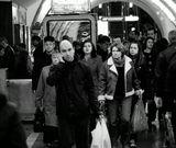 Нас в набитых трамваях болтает,Нас мотает одна маета,Нас метро то и дело глотает,Выпуская из дымного рта.В шумных улицах в белом порханьи,Люди ходим мы рядом с людьми,Перемешаны наши дыханья,Перепутаны наши следы, перепутаны наши следы...