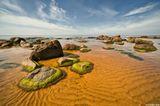 пеизаж море берег вода небо туча камни песок полдень лето Латвия