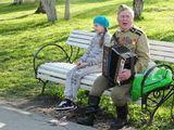 9 мая, городской парк, ветеран исполняет песни военных лет