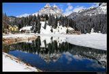 * * *Ледниковое озеро Мизурина, расположенное на высоте 1574 м, называют жемчужиной Доломитовых Альп. В апреле оно еще стыдливо прикрывает часть своего водного наряда льдом и снегом, предоставляя остальную великолепному отражению вершин Тре Чиме ди Лаваредо и еловых лесов на заснеженных склонах. * * *