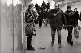 """Из серии """"Жизнь в метро""""Для некоторых метро - средство передвижения, у других здесь проходит жизнь... Наверху - метель и холод, внизу - тепло и возможность кратковременной передышки. Или это место свидания, или мини-офис, или единственная возможность на минутку повстречаться с другом, а потом опять бежать по кругу..."""