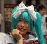 Рынок Акихабара, Токио.Девочка рекламирует музыкальный чай (не спрашивайте что это).