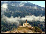 *  *  *Мне провиденье дарит ритмы,И вверх дорога нелегка.Услышь, Господь, мои молитвы,Сквозь горы, лес и облака.*  *  *Италия. Западные Доломиты. Кастелло-Молина-ди-Фьемме, церковь св. Георгия.
