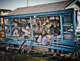Озеро Тонлесап, называемое также «Камбоджийским внутренним морем» — озеро в Камбодже, самый большой водоём Индокитайского полуострова.Название озера буквально переводится с кхмерского как «большая свежая вода»;На озере живут люди, причём непосредственно на озере. Здесь есть единственное каменное здание, оно стоит на высоких сваях — это буддийский храм. Все же остальные строения — плавучие и мигрируют в течение года по озеру.