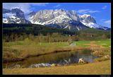 * * *  Через озерцо, по дорожке, за домами ... и горная гряда Кайзер Гебирге (Имперские горы).     * * *  Австрия, Тироль, Южный массив Вилдер Кайзер с его высочайшим пиком Ellmauer Halt (2344 м) .
