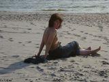 Очень странная женщина отдыхала у моря. Наблюдая за ней складывалось впечатление, что женщина впервые увидела море.Куршская коса, Балтийское море, дюны, песок.