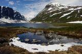 Норвегия,июль,снег,горы,озеро и солнце.