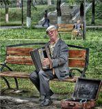 Старые песни, люди проходя слушают, кидают мелочь в чемодан. Старушка на заднем плане ностальгирует...