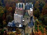На скалистом холме, в поросшей лесом узкой долине речушки Эльбах, возвышается замок Эльц, ни разу не разрушенный за всю свою многовековую историю. Именно благодаря этому, замок Эльц, относится к самым известным и самым посещаемым в Европе. Впервые в письменных грамотах замок упоминается около 1157 года. Его первоначально военный характер, связанный с стратегически важным расположением на пути между Мозелем и плодородной местностью Майфельд, в течение веков изменяется, и Эльц превращается в жилой наследный замок династии. По своей форме и архитектурно-строительным особенностям он сильно отличае