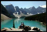 """* * *В 1899 г. студент Йельского колледжа Уолтер Уилкокс в Скалистых горах Канады обнаружил удивительное озеро, окруженное отвесными скалами и лесистыми склонами. Студент, ставший контр-адмиралом ВМФ США, позднее так вспоминал это место: """"Те полчаса, в течение которых я любовался озером, были самым счастливым моментом моей жизни."""" * * *  Национальный парк Банф, озеро Морейн в Долине 10 пиков на высоте 1885 м."""