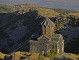 Церковь Вагрмашен была основана в XI веке близ армянской крепости Амберд, находящейся на склоне горы Арагац. Крепость и церковь стоят на скалистой местности, рядом протекают реки Амберд и Аркашен. В X веке сооружения принадлежали князьям Пахлавуни, а в 1236 году они были сожжены монголами, и после этого их не перестраивали.