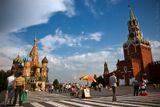 Столица Москва город Красная площадь Спасская башня куранты храм Василия Блаженного небо облака люди туристы 90-е