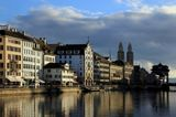 Аббатство Гроссмюнстер (на заднем плане) – это один из трех архитектурных символов Цюриха.Строительство главного собора монастыря началось в 1090 году, но функционировать храм начал только в 1220 году.Две 60-метровые башни Гроссмюнстера стали символом города, и хотя многие горожане, в том числе Рихард Вагнер, сравнивали башни с «солонкой и перечницей», они остаются самой узнаваемой достопримечательностью Цюриха.