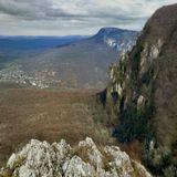 Крым, Коккозская (дословно с тюркского - голубогазая) долина, село Соколиное (Коккозы) и скалы Орлиный залет.