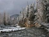 осень река скала снег лес небо тучи