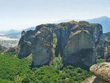 Скалы достигают в высоту 600 метров над уровнем моря и являются редким геологическим явлением. Они образовались более 60 миллионов лет назад и являлись каменистым дном доисторического моря, находившегося на месте равнины. В результате воздействия воды, ветра и перепадов температур получились массивные, как бы зависшие в воздухе каменные столбы, получившие название Метеоры («парящие в воздухе»).