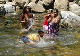 Шри Ланка,в глубине острова, январь 2008.Жители одной из местных деревушек купаются в реке.