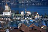 городок Шпиц расположен в Швейцарии. С холма открывается замечательный вид на замок. Январь 2013