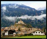 *  *  *В Италии есть дольче вита,Есть Рим и Милан богачей.Но строгий декор ДоломитовМилей мне, чем блеск площадей.*  *  *По дороге из Тренто в Кортина-д'Ампеццо в долине Валь-ди-Фьемме внезапно на фоне гор открывается вид на альпийскую деревушку с церковью на холме - это напоминает театральные декорации, созданные для показа пасторальной красоты Доломитовых Альп ...