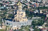 Собор Цминда Самеба (Святой Троицы), возведенный несколько лет назад в центральной частиТбилиси,- аналог нашего московского ХХС.