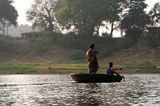 Почему женщины никогда не сидят на веслахи не катают мужчин по реке или озеру,разве это справедливо?....Добро пожаловать в Индию! …:)
