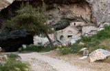 Эта небольшая церквушка(в честь Святого Николая) построена в природной пещерена мраморной горе Пендели (Афины), на месте более древней церкви. Место можно сказать мистическое.Так же гора Пендели историческое место, считается, что из её мрамора построен Акрополь.Поздравляю от души всех с наступающим праздником Пасхи.