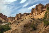 Долина замков Одно из самых загадочных ущелий этой части каньона называется - Ведьмино. По легенде, ведьмы загоняют задержавшихся затемно туристов на каменные столбы и сбрасывают их в пропасть.