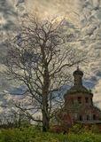 Засохшее дерево, полуразрушенный храм, заросли дикого кустарника, запустение, центральная Россия и солнце, скрытое за облаками.
