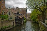 Столицу провинции Западная Фландрия – средневековый город Брюгге – по праву называют Северной Венецией. Весь город вдоль и поперек изрезан множеством узеньких каналов, а вдоль них плотными рядами выстроились разноцветные резные фасады, которые делают Брюгге похожим на пряничный городок. Здешние умельцы охотно воплощают эти домики в шоколаде, а туристы с удовольствием покупают их на память о своем визите сюда.