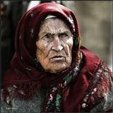 Пока женщина искренне любит,Пока рядом любимый живет,Старость  к ней дорогу забудет-Не заметит и мимо пройдет!А когда, вдруг, пустеет душа-Нет уж больше любомого рядом,Старость, словно куда-то спеша,Наряжает печальным нарядом...___________________________________Из подсмотренного на улице 9го мая