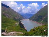 Влекут-завлекают просторы,Плывут облака пеленой.И впаяно озеро в горыГигантской площадкой стальной..........................................................Австрийские Альпы. Капрун, высота 2040 м.