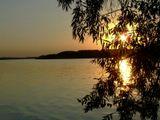 Закат на реке Днепр, солнечная дорожка, хотелось ее показать таким образом, сквозь натуральную призму