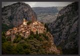 Пейон, расположенный, словно гнездо орла, на утесе, представляет собой полностью укрепленную средневековую деревню, сохранившую свой истинный облик. Он считается одной из красивейших горных деревушек Лазурного берега Франции.