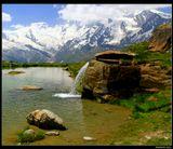 *  *  *Горное озеро Креузбоден (на высоте 2400 м) в долине Саасталь служит отправной точкой для восхождений к Пеннинским Альпам : на плато Хохсаас (3100 m) и гору Вайсмис (4017 м). Помимо радующего глаз пейзажа, здсь можно насладиться купанием в озере ...*  *  *Юго-Западнaя Швейцария, кантон Vallais.