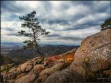 Когда одинок ты, поверь мне, не стоитСудьбу проклинать и на прочих роптать...Чтоб не был ты лишним,был в жизни счастливым,Достаточно место свое занимать!___________________________Осенний день в древних горах Бурятии