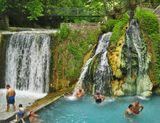 Разница в температуре воды водопадов около 30 градусов.
