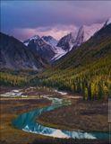 Есть на свете одно очень красивое место, где река Шавла изгибается в виде буквы S, а в воде отражаются заснеженные вершины Северо-Чуйского хребта. Я ждал возможности снять это место два года, с тех пор как в 2010 году впервые побывал на Шавлинских озёрах. Россия, Республика Алтай, Северо-Чуйский хребет, сентябрь 2012.
