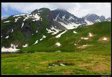 *  *  *Табличка на перевале Малый Сен-Бернар содержит текст на двух языках - с одной стороны написано на итальянском Colle del Piccolo San Bernardo, с другой - на французком Col du Petit Saint-Bernard. Перевал разделяет Италию и Францию.*  *  *Италия, озеро Верней у перевала Малый Сен-Бернар и Грайские Альпы