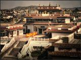 Под звуки умиротворяющей мелодии, среди городской суеты, идут на утренние занятия монахи дацана Бакула Римбучи хид. Улан-Батор. Монголия.