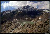 *  *  *На этом месте еще недавно был один из старейших ледников в Альпах - ледник Роны, которому более 11.5 тысяч лет. Ежегодно ледник отступает в горы не менее, чем на 10 см и за последние 120 лет потерял почти 1.5 км своей длины. В 2010 длина его оценивалась в 7.9 км, и если тенденция сохранится, то к концу столетия ледник исчезнет, оставляя скальные глыбы и озерца ...*  *  *Швейцария, Урнерские Альпы, начало Ронского ледника