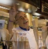 Знаменитый мороженщик из Сан-Джиминьяно- Маэстро-джелатьеро  Серджио Дондоли отличается от других итальянских мороженщиков большим желанием эксперементировать. Ему недостаточно выпускать только вкусное мороженое стандартных, прозаических сортов:  он ищет поэзию в  сочетании новых  вкусовых ньюансов. И это ему с успехом удаётся!В ноябре когда я там была было 200 видов мороженого ВКУСНЯТИНА!!!