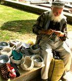 Турция. Стамбул. Дедулька – вязальщик недалеко от Голубой мечети.