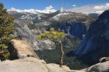"""Вид на долину с вершины верхнего сегмента Водопада Йосемити. Калифорния. Вдали заснеженные вершины гор Сьерра Невада.  Снято с """"Поляриком"""""""