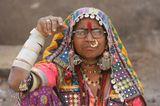 Индия.На территории Раджастана проживает множество различных племён.Во многих племенах главным индикатором замужества женщины являются браслеты из слоновьей кости(впрочем, сейчас эти дорогие браслеты чаще заменяются дешёвыми пластиковыми имитациями), которые носятся по всей длине руки:17 в верхней части и 9 в нижней. Всего 52 штуки на обоих руках. Эти браслеты никогда не снимаются, даже во время сна.