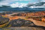 Исландия. Сентябрь 2013г. Долина риолитовых гор Ландманналаугар (Landmannalaugar).В 20 км от вулкана Гекла лежит район, в котором находитсябольшое количество термальных источников. Он называетсяЛандманналаугар. Здесь множество природных бассейнов стёплой водой. Все они оборудованы указателями температуры.Эта вода считается целебной. С её помощью, например, можноисцелить боли в спине, мучительные мигрени, а также стрессыи депрессию.