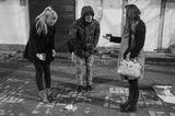 Молодой человек подарил своей девушке деньги в коробке с тропическим тараканом :)
